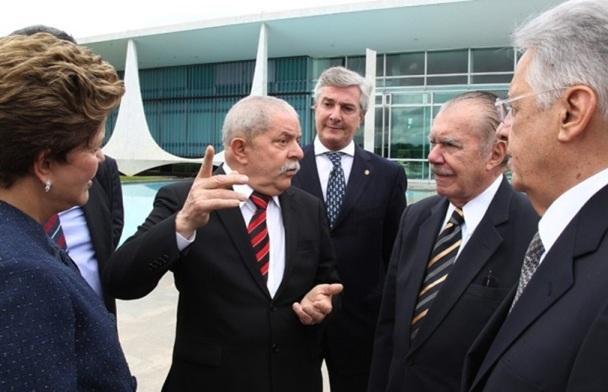 Dilma Rousseff com os ex-presidentes Luiz Inácio Lula da Silva, Fernando Collor, José Sarney e Fernando Henrique Cardoso,  no Palácio da Alvorada, após instalação da Comissão da Verdade. (Foto: Ricardo Stuckert/Instituto Lula).